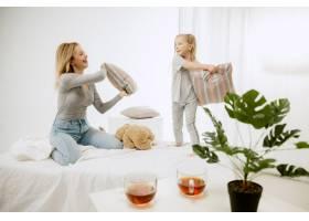 阳光明媚的早晨年轻的母亲和她的小女儿在_13457518
