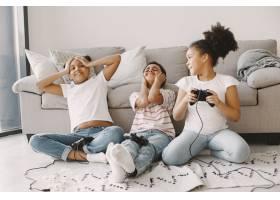 非洲孩子玩电子游戏穿着轻便衣服的孩子们_13551795