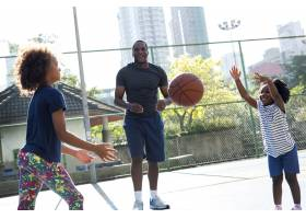 非洲父亲花时间打篮球_3682521