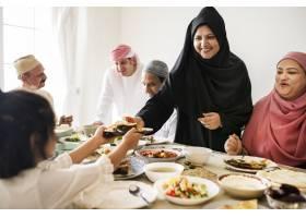 穆斯林妇女在斋月宴会上分享食物_3214241