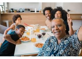 非裔美国多代家庭在家中吃饭时一起自拍的肖_13101252