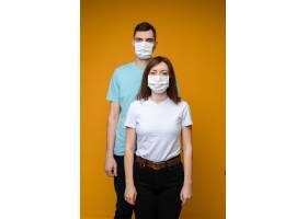 穿着蓝白相间的t恤戴着白色的医用口罩_10478297