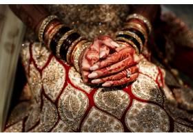 美丽的门迪图案覆盖着新娘手中的手指_1613142