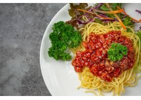 美味的意大利面配上漂亮的食材_9294555