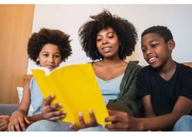美国黑人母亲在家里给孩子们读书的肖像家_10104275