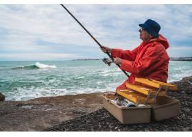 老人在海里钓鱼_9082696