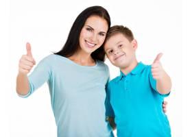 笑容满面的年轻母亲带着儿子快乐与世隔绝_10731172