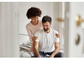 高兴的黑皮肤女子向男友展示了回家怀孕的结_12203262