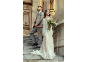 高加索浪漫的年轻夫妇在城市里庆祝他们的婚_12726471
