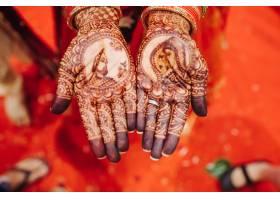 美丽的印度教新娘手中指甲花纹身的特写_3984933