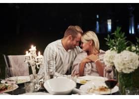 美丽的成年夫妇在晚上享用一顿奢华的晚餐_9147493