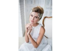 美丽的金发新娘留着高高的发型头上戴着_2612799