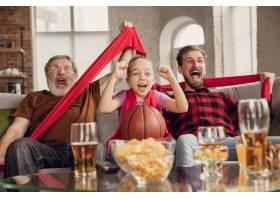 胜利兴奋开心的一家人在家里的沙发上看_12999423