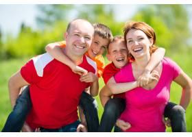 自然界中有两个孩子的幸福家庭_10731111