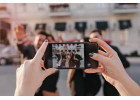 模糊室外妇女和男孩在派对前用智能手机对焦_10787403