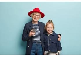 横向看开朗的奶奶戴着红色时髦的帽子穿_11633795