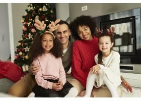 欢度圣诞的幸福家庭写真_11776096