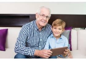 欢快的身材祖父母相亲相爱的样子_1073039
