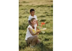 欧洲母亲和非洲儿子一家人在夏季公园里_10884006