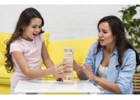 母亲和女儿一起玩寄宿游戏_6405241