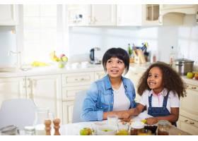 母亲和女儿在厨房里_5399179