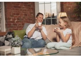 母亲和女儿在被隔离期间在家中进行自我绝缘_13565421