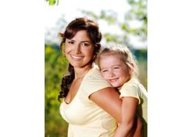 母亲和小女儿在户外的快乐肖像_10626642