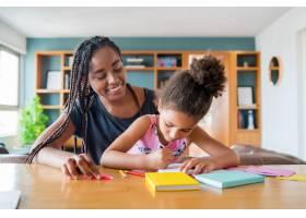 母亲在家帮助和支持女儿在家上学新常态生_12682440
