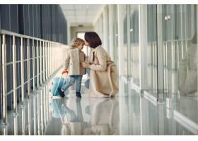 母亲带着女儿在机场_7722042