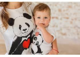 母亲手中的小儿子熊猫T恤的家喻户晓_3337103