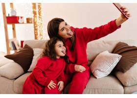 母女俩吐着舌头摆姿势时髦的妈妈在家和孩_12431933