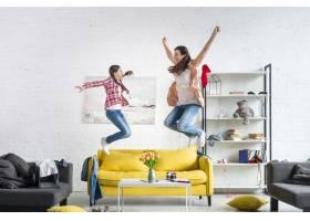 母女俩在沙发上跳来跳去_7070790
