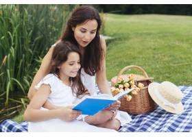 母女俩在野餐时看书_4962119