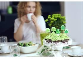 爱尔兰派对的餐桌上有甜食_13452928