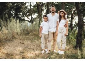 父亲带着儿子和女儿在公园里_5508147