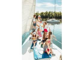 海上游艇上的孩子们喝着橙汁青少年或儿童_13457007