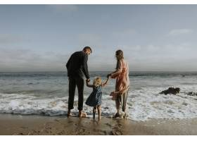 海滩上幸福的一家人_3215342