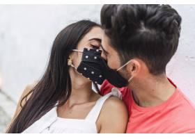 深情的情侣戴着面具接吻_13617145