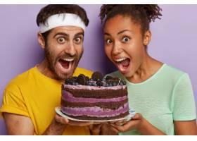 演播室拍摄欣喜若狂的多民族夫妇手持美味的_11633370