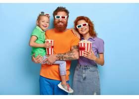 演播室拍摄的可爱的红发夫妇周末去电影院_12349651