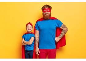 演播室拍摄的身着超级英雄西装的欢快的一家_12349883