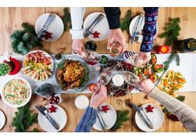 烤火鸡圣诞晚餐圣诞桌上摆着一只火鸡_11105027