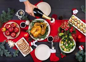 烤火鸡圣诞晚餐圣诞桌上摆着一只火鸡_6677316
