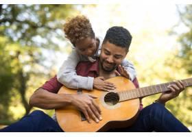 父女俩一起弹吉他_11139219