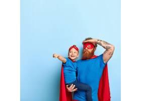 父女合影玩耍身着超级英雄服装_12349713