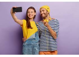 快乐的男女青少年在智能手机上自拍微笑着_12495473
