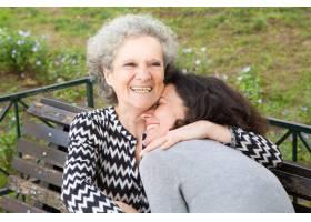 快乐的老妇人与女儿共度美好时光_4332304