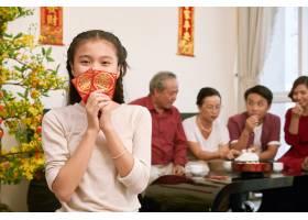 快乐的越南女孩拿着信封_5535362