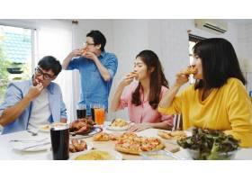 快乐的青年朋友小组在家里吃午饭亚洲家庭_10074944