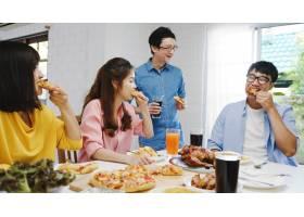 快乐的青年朋友小组在家里吃午饭亚洲家庭_10074947